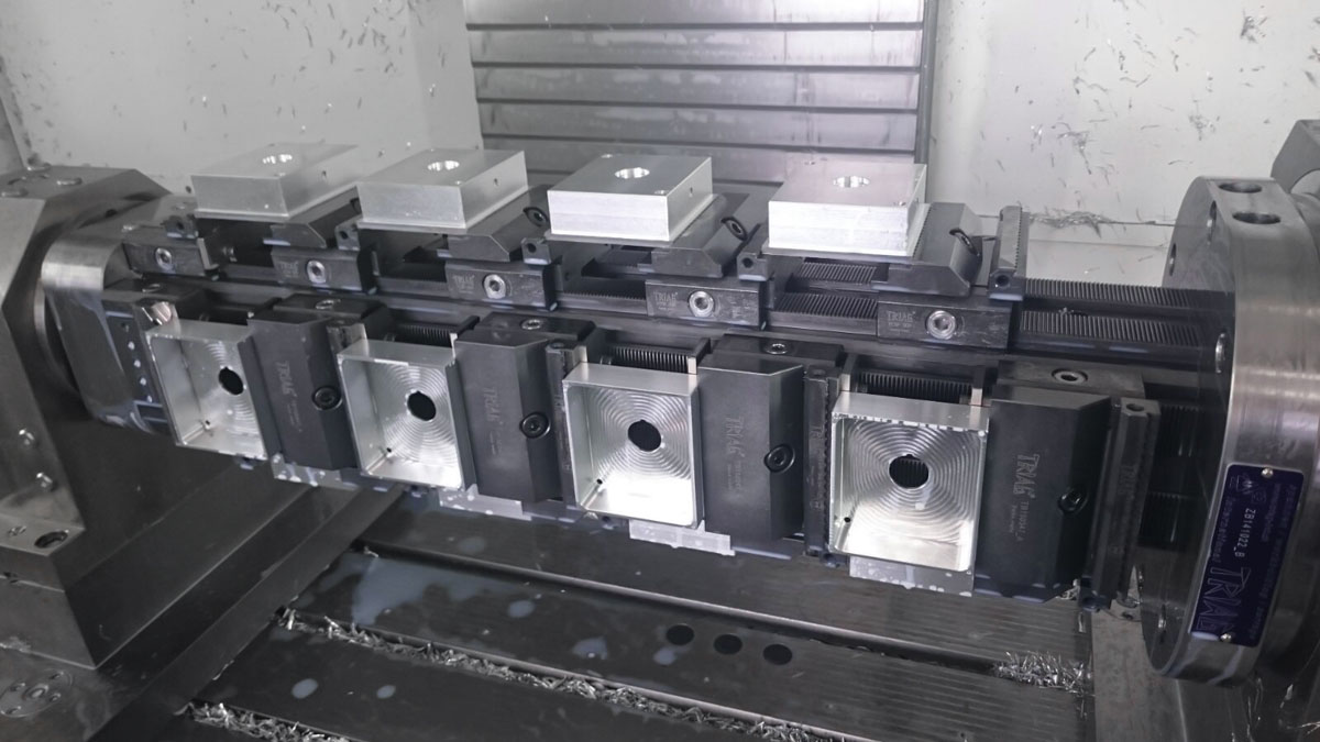 Multiple workholding around its own axis. The 3D modular workholding system powerCLAMP as a monobloc for 4-axis machining.