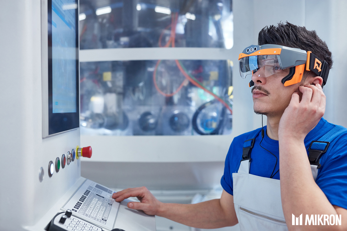 <b>Mikron «Augmented Connection»solution.</b><br/>A virtual connection via smart glasses or an app gives technicians and help desk experts direct remote viewing access to the machine in real time. Mechanical and electrical faults can be readily rectified in real-time visual collaboration.